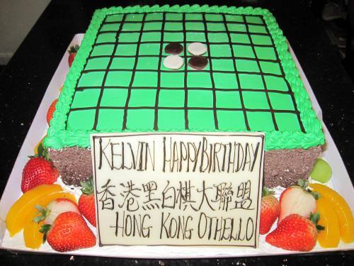 忌廉款圍棋盤蛋糕連黑白色朱古力棋子。